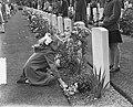 Herdenking Oosterbeek kinderen leggen bloemen, Bestanddeelnr 905-9617.jpg