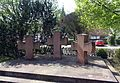 Hinterweidenthal-Friedhof-Kriegerdenkmal-Kreuze-gje.jpg