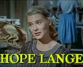 Hope Lange in un'immagine tratta dal trailer