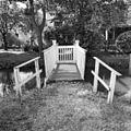 Houten brug waarop witgeschilderd houten hekje en leuningen - Vreeland - 20247229 - RCE.jpg