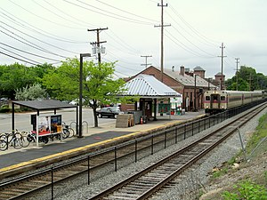 Inbound train at Andover station, May 2017.JPG