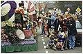 Intocht bloemencorso in Bennebroek. Marijke de Bats en Irene van der Vaart (met twee buggy's) kijken met hun kinderen hoe een drumband vrolijk misicerend Bennebroek binnen marcheert., NL-HlmNHA 54036114.JPG