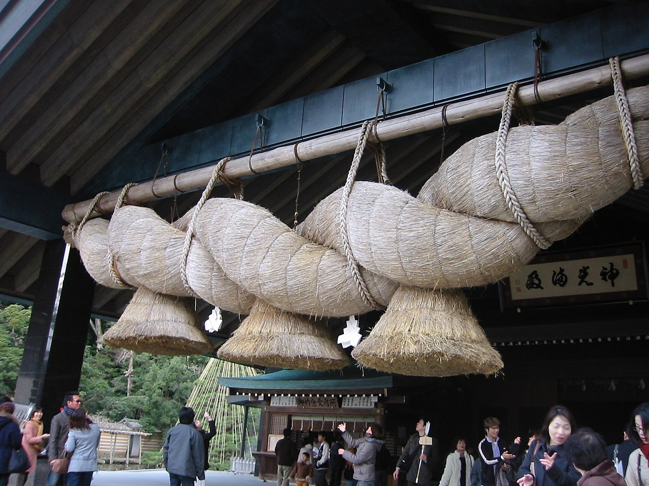 Shimenawa gigante situada en el gran santuario Izumo