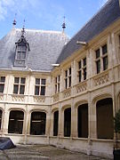 Jacques Coeur Palace courtyard.JPG