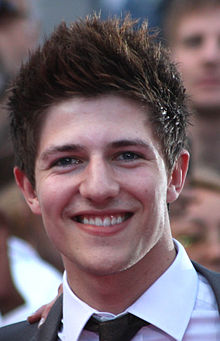 Josh Dubovie on pink carpet in Oslo Cropped.jpg