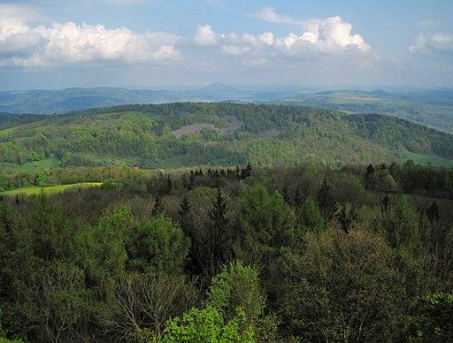Kamenec (519 m) se suťovými poli v PR Kamenná hůra z rozhledny na Strážném vrchu u Merboltic (3)