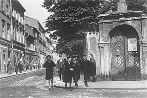Kazimierz - Jewish children in front of Corpus Christi church sometime before 1939.