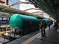 Keteltrein nr. 4091 uit Negishi richting Utsunomiya rijdt door station Kannai in Yokohama, -8 juli 2017.jpg
