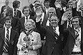 Koningin Juliana met mascotte, is omringd door spelers, links Cruijff en rechts , Bestanddeelnr 927-3153.jpg