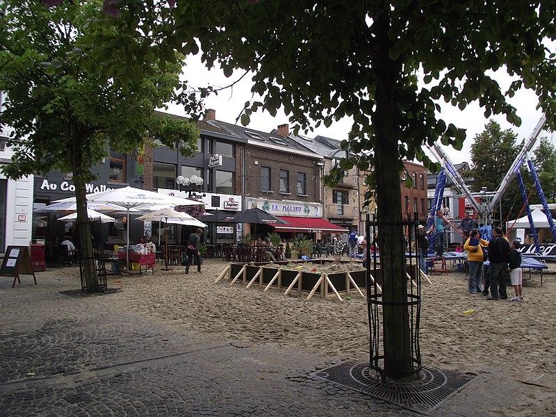 Een lokaal feest met zand en animaties in Jules Mansart plein