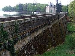 Lac des settons - barrage 03.jpg