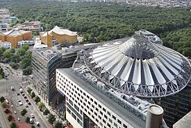 Le Sony Center et la Philharmonie (Berlin) (9620372847).jpg