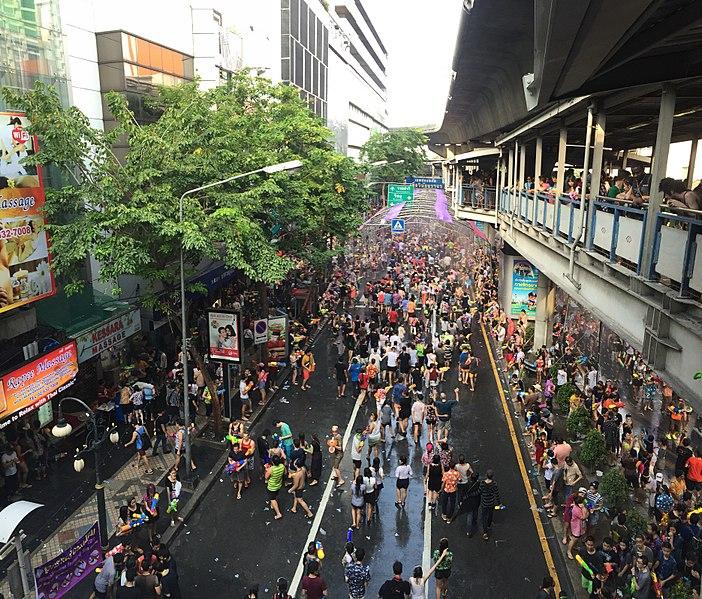 File:Le hoi Songran, silom road- Silom, Bang Rak, Bangkok, Thái Lan - panoramio.jpg