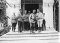Le roi de Roumanie avec des officiers ; photographie de groupe en haut des marches - Médiathèque de l'architecture et du patrimoine - AP62T123177.jpg