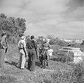 Leden van een Israelische grenspatrouille, waarvan een lid met een karabijn, in , Bestanddeelnr 255-0963.jpg