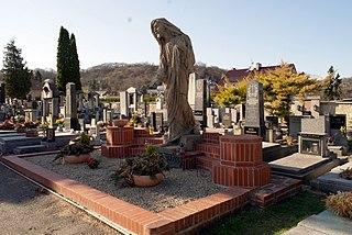 Náhrobek rodiny Fischerovy na katolickém hřbitově se sochou Krista