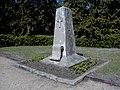Ložmetējkalna apkārtne, piemineklis brāļu kapos 2000-05-06 - panoramio.jpg