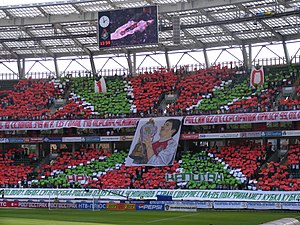 Dmitri Loskov - Fans of Lokomotiv greet Saturn's Dmitri Loskov before the first game of the former captain against his old club