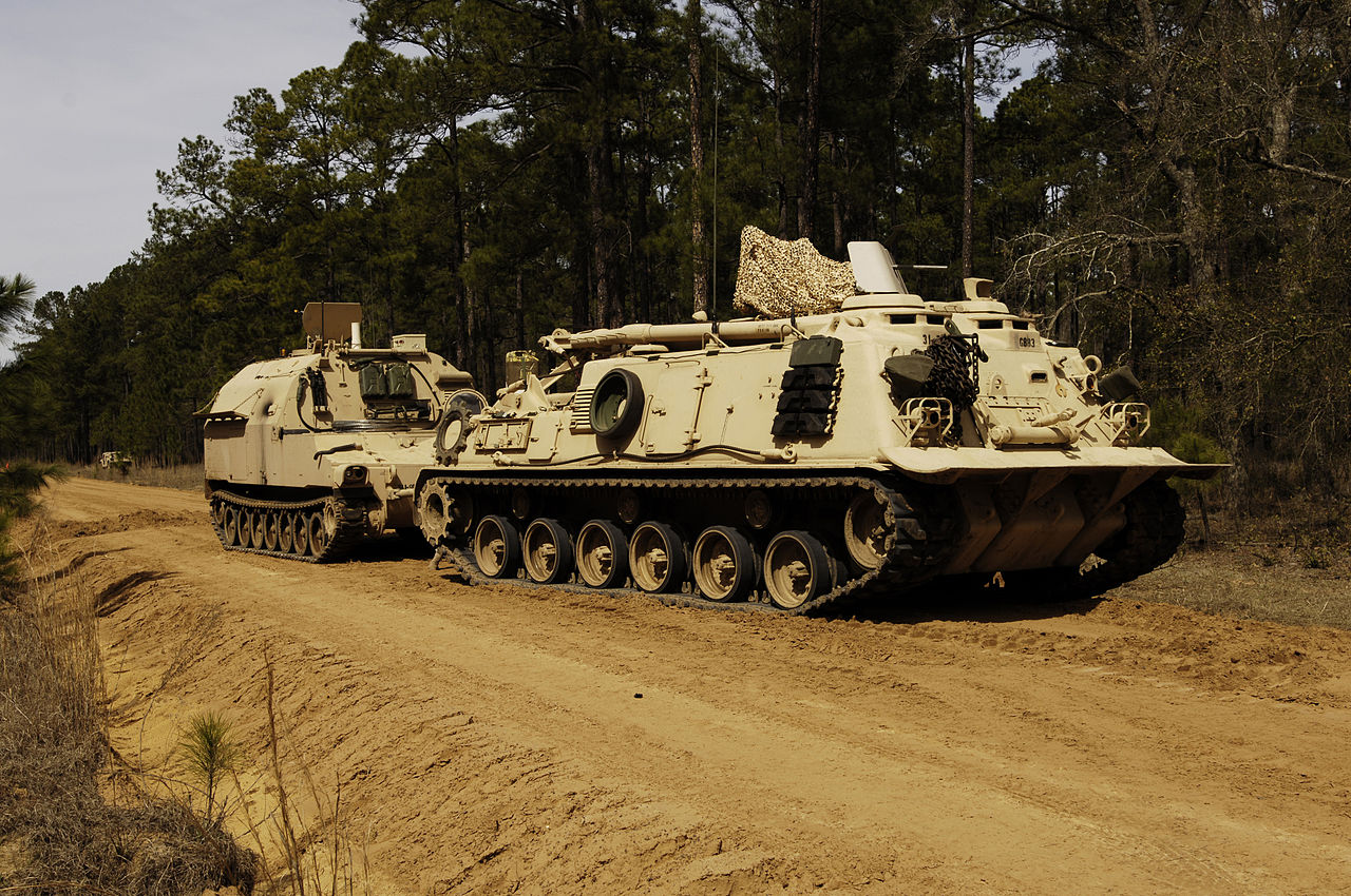 قوات التدخل السريع المصرية 1280px-M88_Recovery_Vehicle_%26_M992_field_artillery_ammunition_supply_vehicle