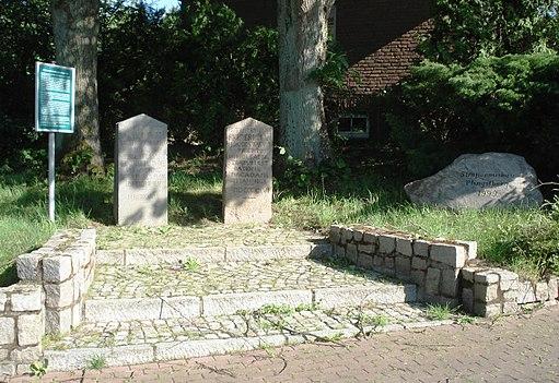 Macadam-Straße Pfingstberg - Erinnerungsstaette