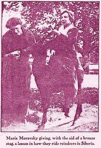 Мария Моравская на бронзовой статуе оленя. Фотография флоридского периода жизни поэтессы