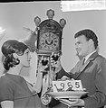 Mensen wensen elkaar een gelukkig 1965, Bestanddeelnr 917-2961.jpg