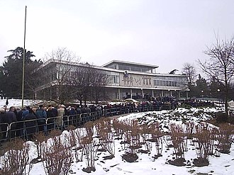 Slobodan Milošević - People paying their respects in front of the Museum of Yugoslav History.