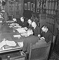 Ministerraad rond de vergadertafel. In het midden Schermerhorn en Drees. Naast D, Bestanddeelnr 900-8589.jpg