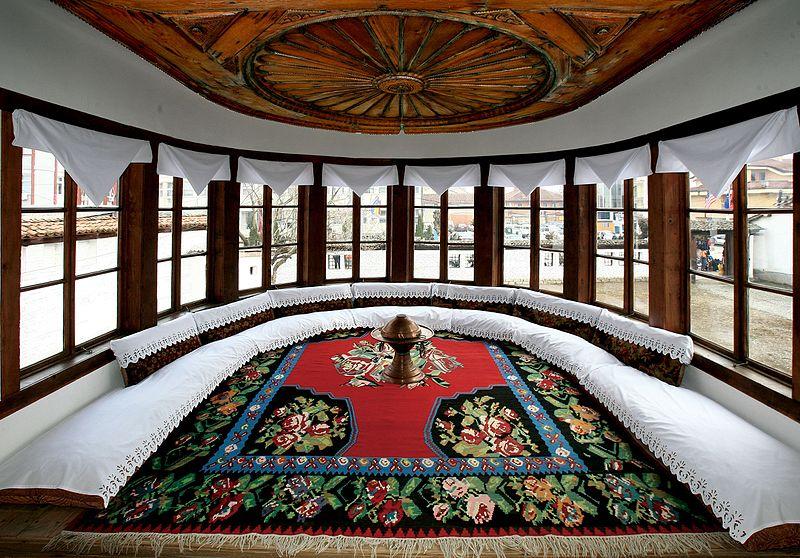 File:Muzeu Etnografik Gjakovë - Ballkoni.jpg