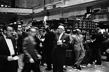 English: Photograph shows stock brokers workin...