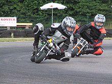 mini motos sur circuit on notera le placement avec jambes cartes pour des virages pris grande vitesse