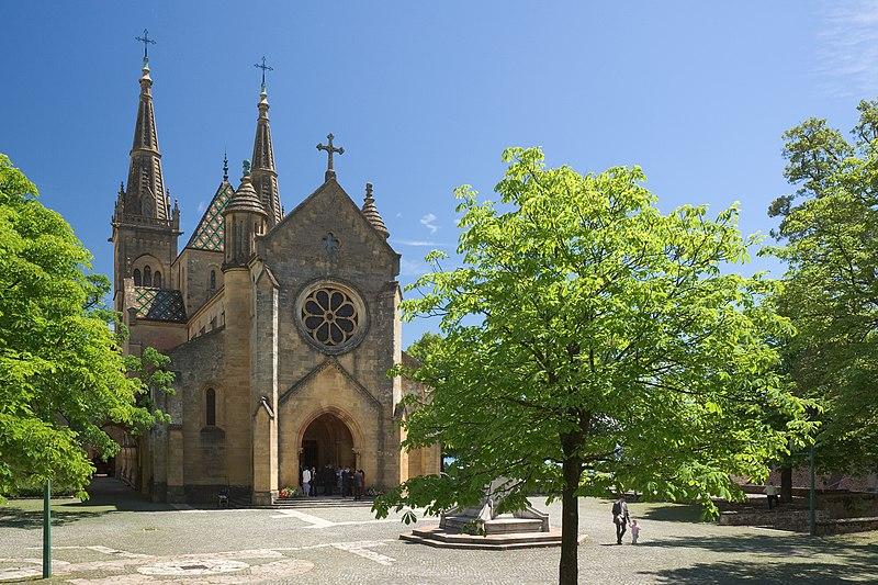 File:Neuenburg Kollegiatskirche Kirchenhof.jpg