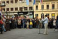 Novi Sad, Trg Slobode, protesty proti prodeji vodárny, politik a lidé.jpg