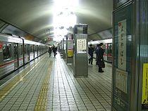 Osaka-subway-M17-Yodoyabashi-station-platform.jpg