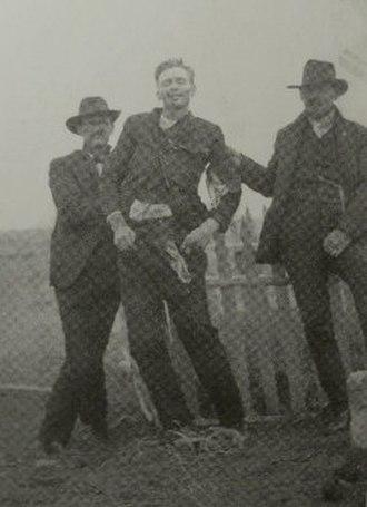 Canyon Diablo shootout - Hashknife cowboys holding up the corpse of John Shaw on April 10, 1905.
