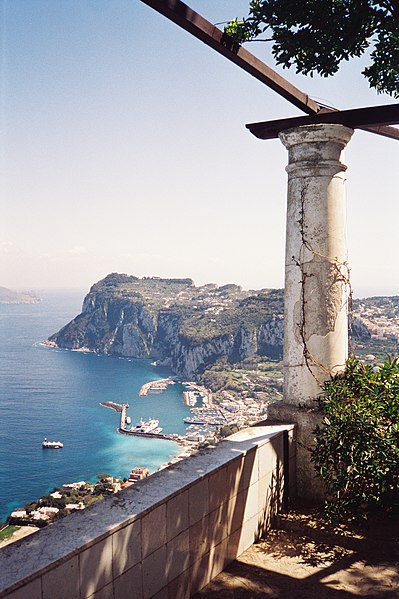File:Overlooking Capri harbour from the rotunda in Villa San Michele hires.jpg