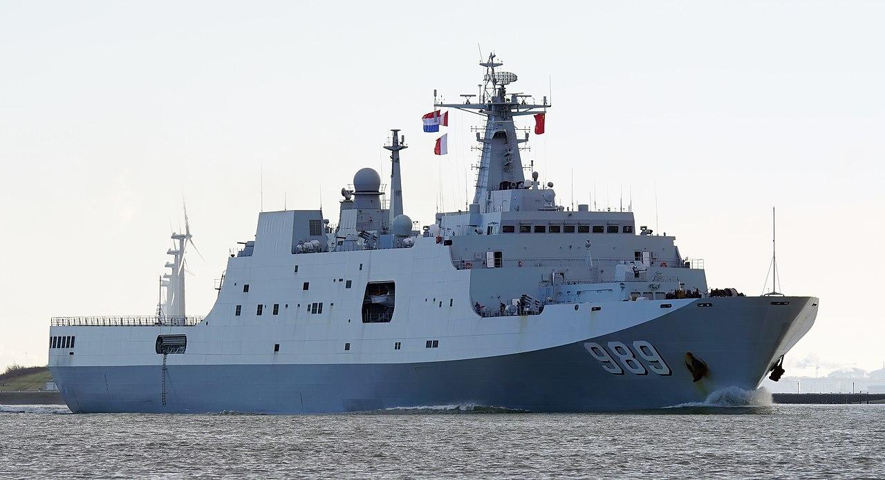 سفينه الانزال البرمائي Type 071 Yuzhao-class الصينيه  1280px-PLANS_Changbaishan_%28LSD-989%29_20150130%282%29