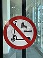 Panneau d'interdiction Trottinettes etc. à l'aéroport de Lyon.jpg