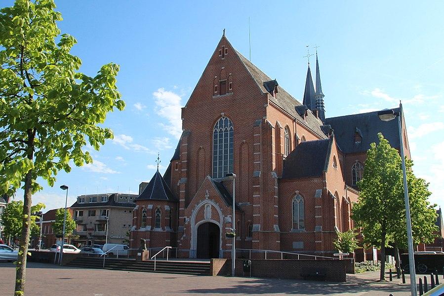 De oudste historische vermelding van Beerse dateert van 1187 en  betreft deze kerk. De patroonheilige, Sint-Lambertus,  was een bisschop die in de 7de-8ste eeuw Taxandrië  of de huidige Kempen  bekeerden. De kerktoren zoals we hem nu nog kennen, stond er al in de 15de eeuw, maar dan zonder    de hoge spits; die kwam er pas in 1888. De oude kerk stond ten oosten van de toren. Omdat de bevolking erg toegenomen was, besliste men in 1906 om een nieuwe en grotere kerk te bouwen. Tijdens de bouwwerken in 1908 stonden de twee kerken er tegelijkertijd met de toren in het midden. Na de inwijding van de nieuwe kerk op 17 februari 1909 werd de oude kerk afgebroken.