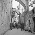 Pelgrims en toeristen op Goede Vrijdag in een straatje (Via Dolorosa) in Jeruzal, Bestanddeelnr 255-5264.jpg