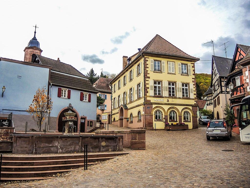 Place centrale avec fontaine et mairie