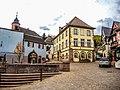 Place centrale avec fontaine et mairie.jpg