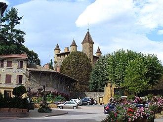 Bully, Rhône - Image: Place du Château à Bully