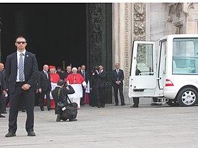 Il cardinale Angelo Scola con papa Benedetto XVI all'ingresso del Duomo di Milano