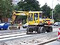 Průběžná, rekonstrukce TT, zastávka Na Hroudě, nakladač (01).jpg