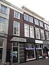 foto van Pand met gepleisterde gevel met kroonlijst en opzetstuk boven middenvenster tweede verdieping