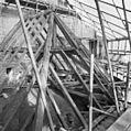 Rechter bedaking sacristie hoekkeper in eiken en secundair verwerkt, zie inkepingen. De gording is de vroegere muurplaat. - Leeuwarden - 20131572 - RCE.jpg