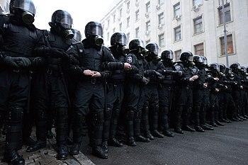 Riot police guards the presidential administration building in Kiev, November 24, 2013.jpg