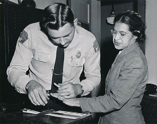 El teniente DH Lackey tomó las huellas dactilares de Parks el 22 de febrero de 1956, cuando fue arrestada nuevamente, junto con otras 73 personas, después de que un gran jurado acusó a 113 afroamericanos por organizar el boicot de autobuses de Montgomery [30] [31]