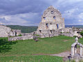 Ruine Hohen Urach; oberer Burghof; Brunnen; Fundament und Ostfassade des Pallas (7575158912).jpg